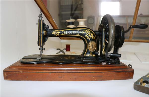 Singer sewing machine 1887 low res